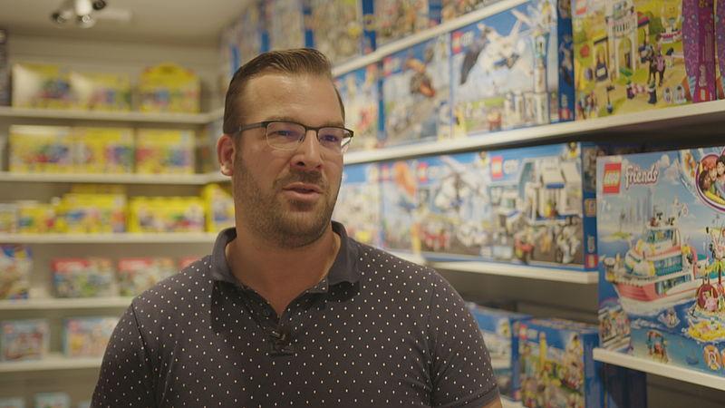 Mark Ligteringen in zijn speelgoedwinkel Planet Happy