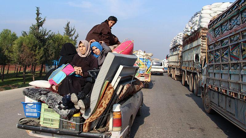 Enorme vluchtelingenstroom op gang vanuit Idlib: 'Er wonen daar zeker 30 Nederlandse Syriëgangers'