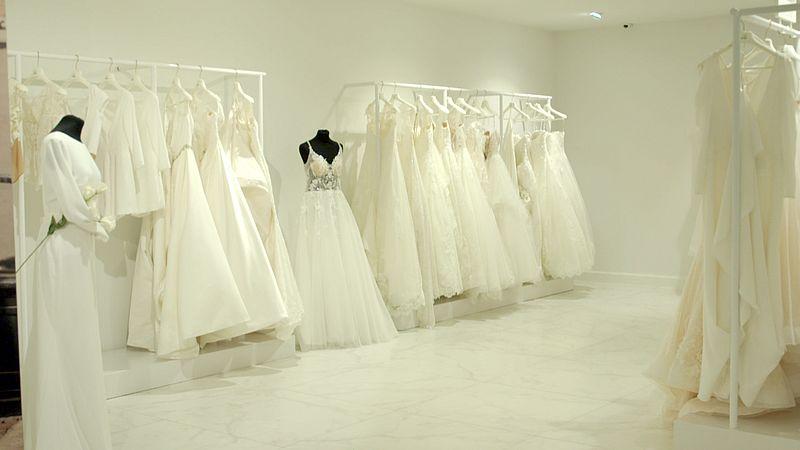 Bruidsjurken klaar om gekocht te worden