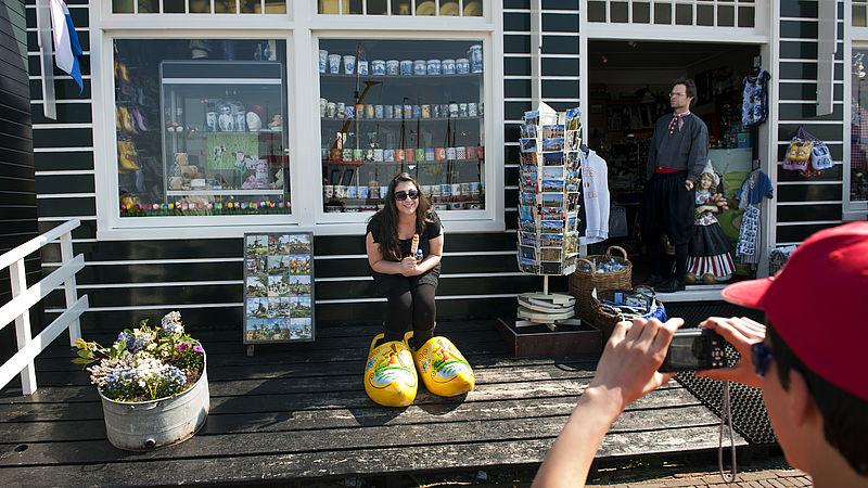 Zij werken wél in de zomer: Joël demonstreert toeristen hoe klompen worden gemaakt