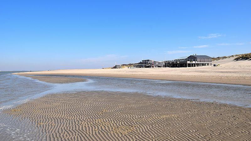 Ook het strand van Renesse is helemaal leeg