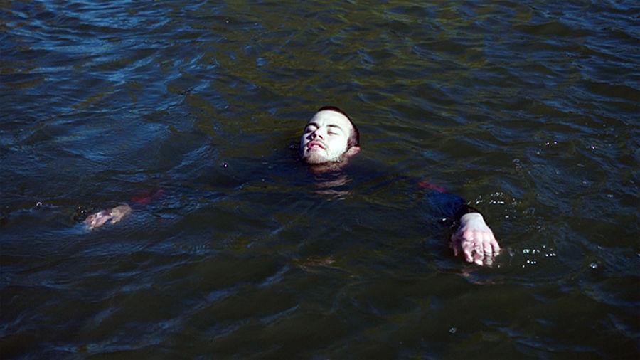 Als omstander moet je juist te hulp schieten als iemand stil is en bijna onder water raakt met het hoofd.