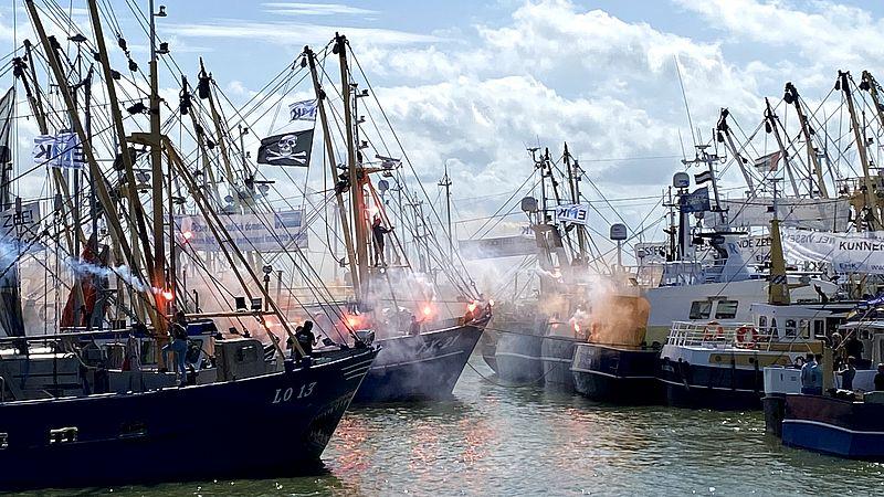 Vissers protesteren bij de Afsluitdijk waar een windmolenpark hun wateren inneemt