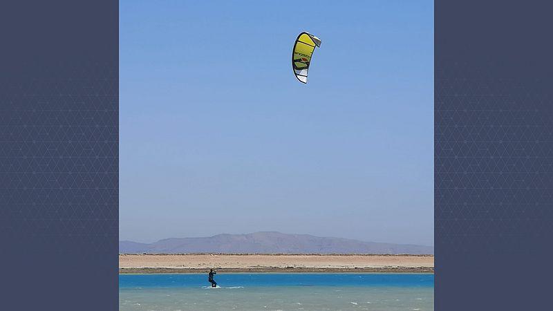 Marit aan het kiten in Egypte