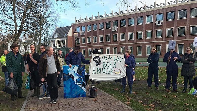 Enkele boeren protesteren bij het provinciehuis in Haarlem