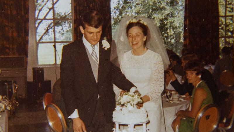 Echtpaar eet al bijna 50 jaar lang elke trouwdag van hun bruidstaart