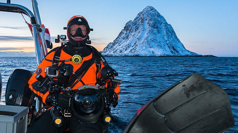 Melvin in duikuitrusting in Arctisch Noorwegen