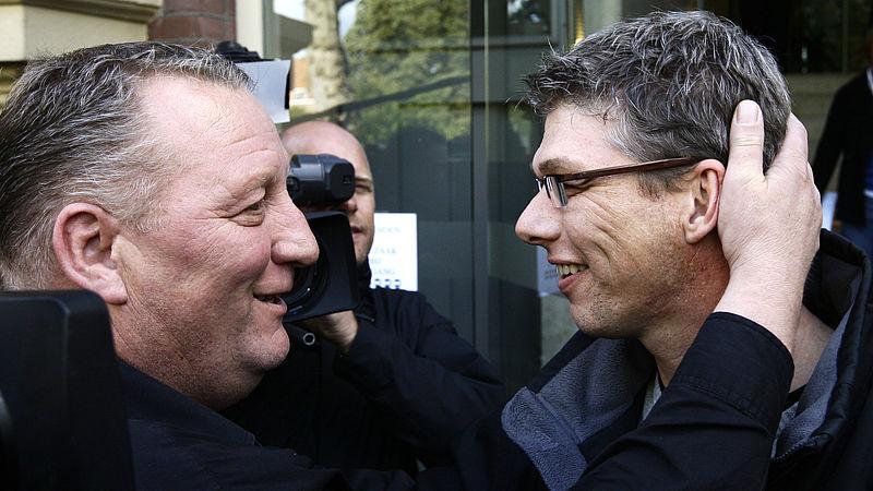 Herman Dubois en Wilco Viets omhelzen elkaar na de vrijspraak