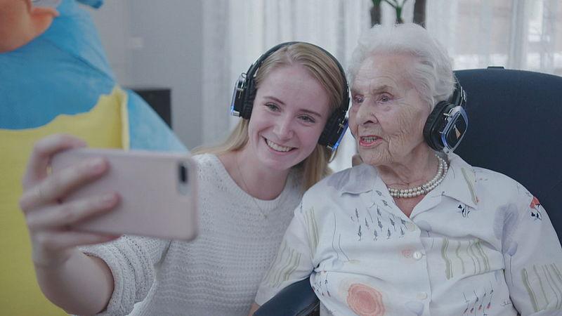 Mellanie en haar oma Lenie halen herinneringen op aan de dansles van vroeger