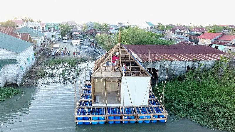 Drijvend 'typhoonhuis' van Nederlandse studenten helpt Filipijnen bij overstromingen