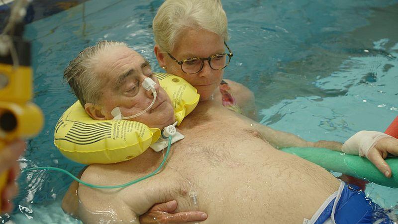 Rina doet zwemoefeningen met Theo in het speciale zwembad van het Radboudumc