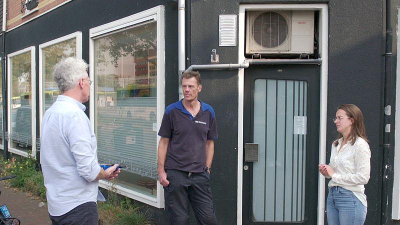 Buren Floortje en Rob zoeken een oplossing voor de geluidsoverlast van de warmtepomp van Rob