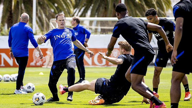 Trainer Frank de Boer en Matthijs de Ligt op trainingskamp in Portugal
