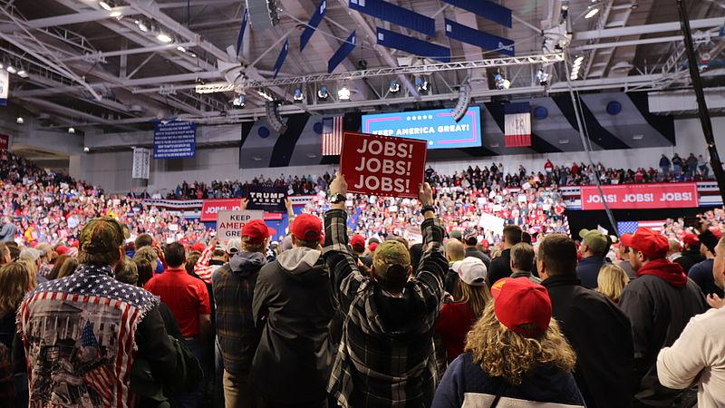 In Iowa luisteren Amerikaanse kiezers naar een speech van Trump