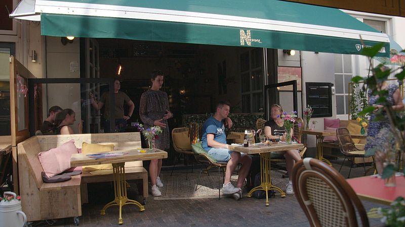 Mensen op het terras bij restaurant Noemme