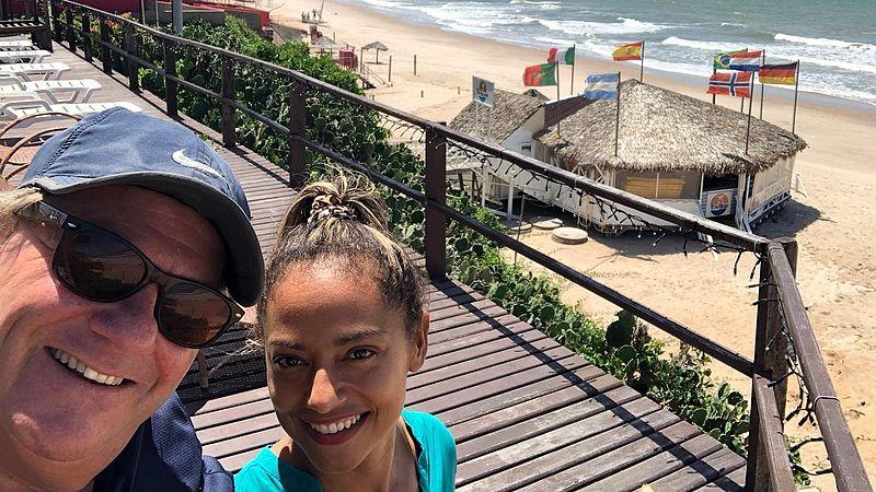 Eric en zijn vrouw Clélia voor hun strandtent in Canoa Quebrada