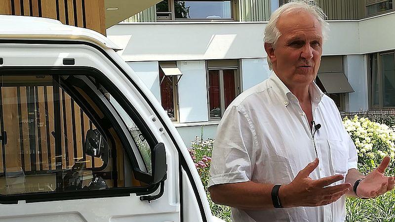 Burgemeester Pieter Broertjes voor het nieuwe wagentje