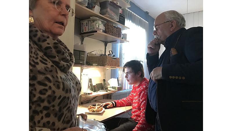 Lucas bij zijn grootouders