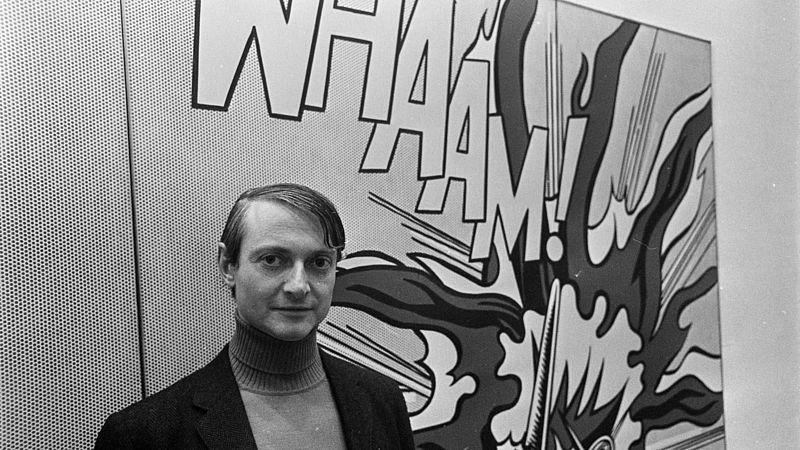 Roy Lichtenstein voor een van zijn kunstwerken (niet 'As is opened fire')