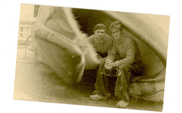 Twee walvisvaarders zitten in de bek van een walvis.