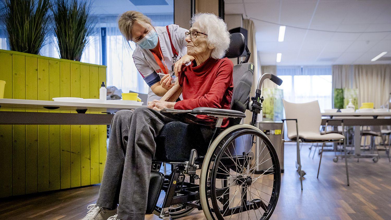 Gevaccineerde verpleeghuisbewoner mag weer twee bezoekers ontvangen, kabinet neemt OMT-advies over - Eén Vandaag
