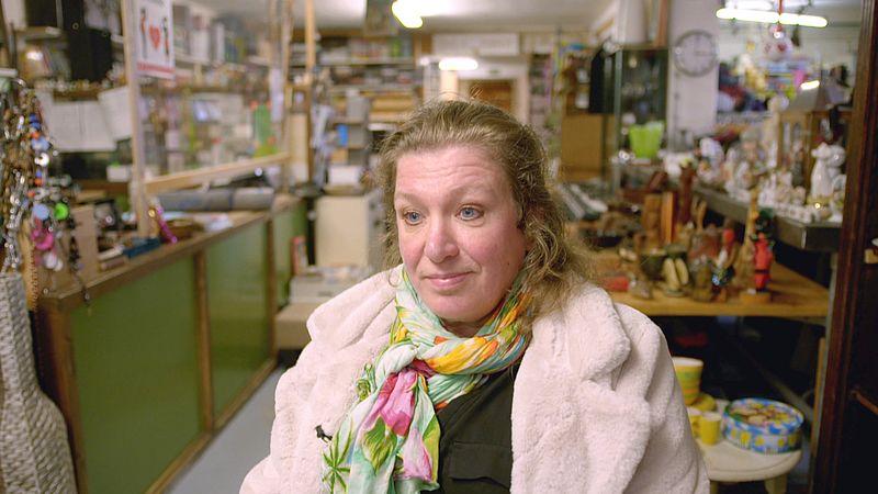 Hilde Dijkstra in haar kringloopwinkel