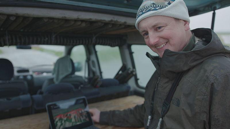 wetenschapper Raymond Klaassen doet onderzoek naar de wandelgangen van vos Aone