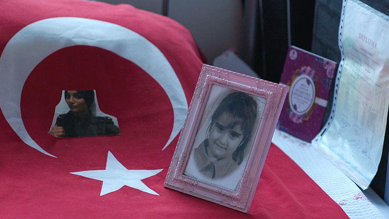 De moeder van Humeyra heeft foto's en diploma's van haar dochter uitgestald op Humeyra's bed