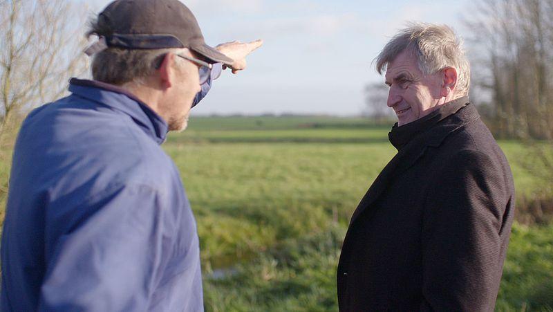 Boer Sjoerd Miedema met gedeputeerde Douwe Hoogland