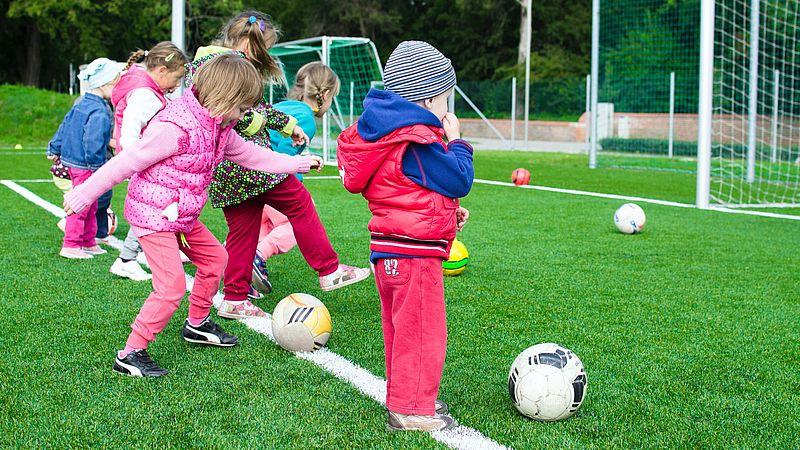 Hoe eerder meiden beginnen, hoe makkelijker ze in het betaald voetbal terechtkomen