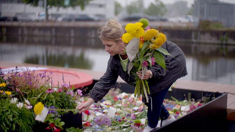 Karlijn van Dongen legt bloemen op de boot