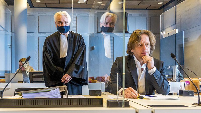 Bestuurslid Marnix van der Werf van de Partij voor de Dieren en advocaat Phon van den Biesen in de rechtbank.