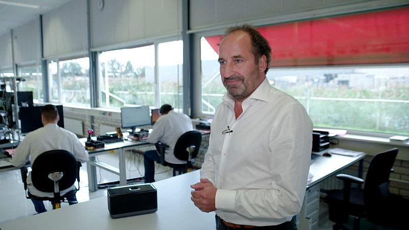 Herman Bartelink in de productieruimte, voorheen was het een kantoor.