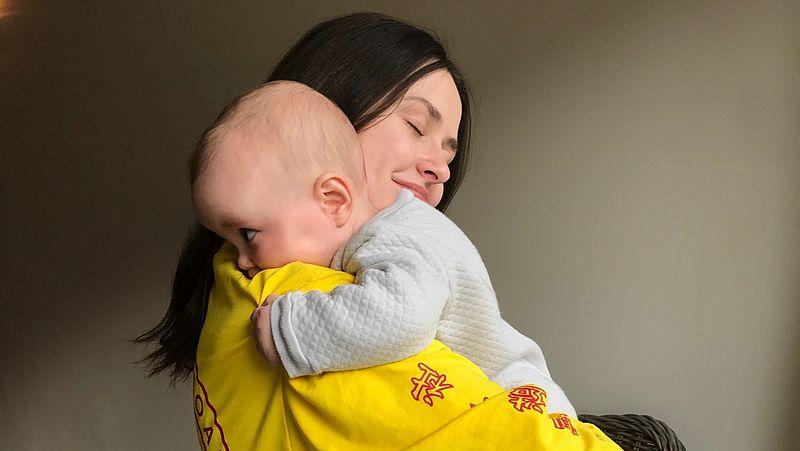 Tanya houdt haar zoontje Eli vast