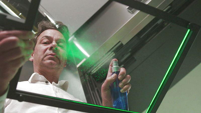Daniel Bonn met aerosolen meetapparatuur