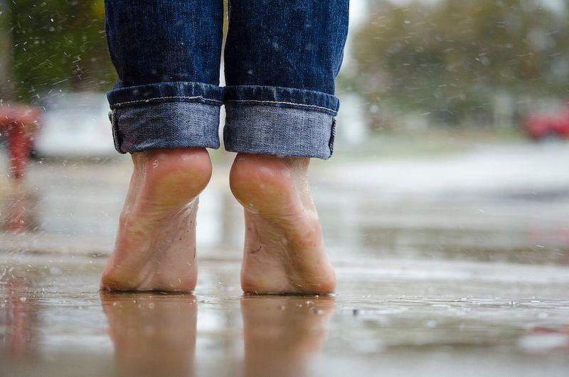 Buiten lopen op blote voeten gevaarlijk? 'Met wat training kan het best'