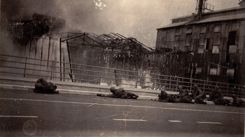 Duitse parachutisten op de Zwijndrechtse brug bij Dordrecht zoeken dekking