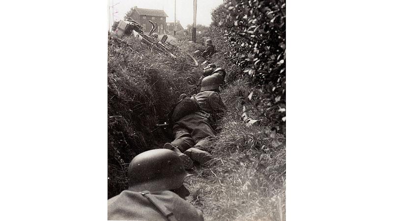 Duitse soldaten in greppel, Roermond