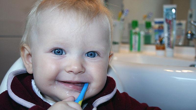 Onderzoek waarschuwt: kinderen gebruiken te veel tandpasta