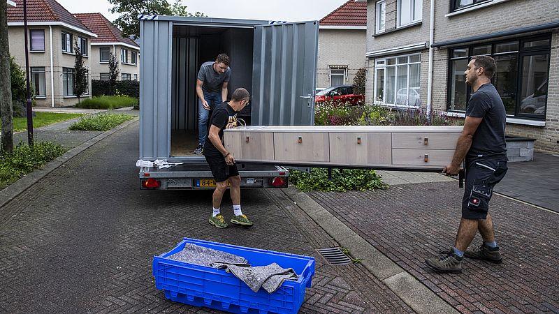 Een kastje wordt uit een huis in Roermond gehaald