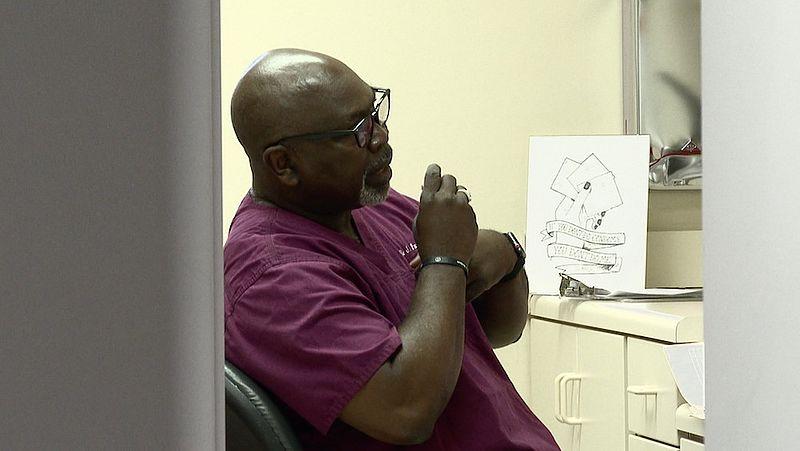 Abortusarts Willie Parker aan het werk
