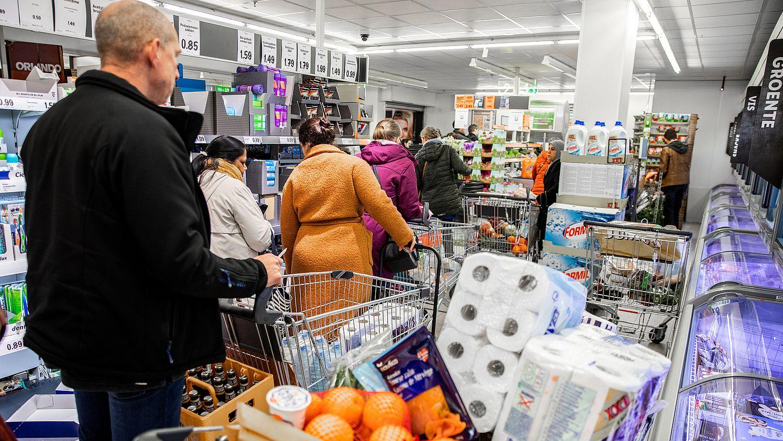 Supermarkt in Limburg laat zien hoe je niet moet omgaan met iemand met dementie: 'Even meedenken, niet corrigeren' - Eén Vandaag