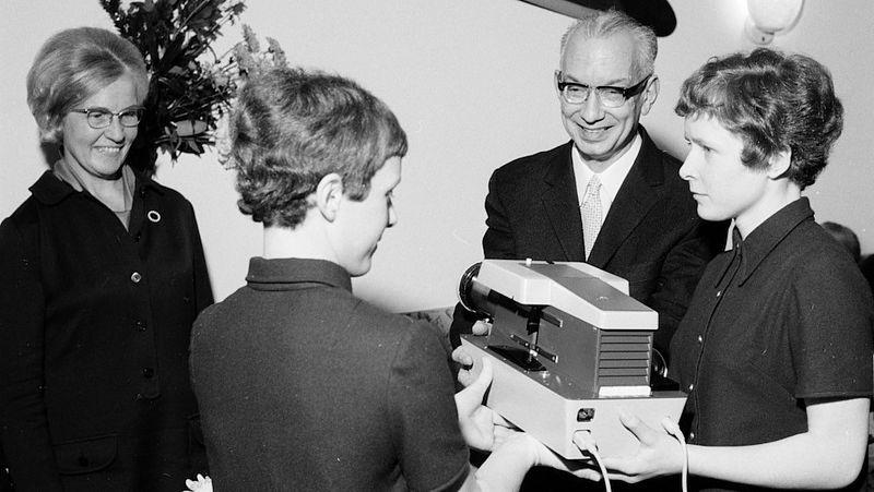 Dokter Wijthoff op bezoek bij de tweeling toen zij 15 waren