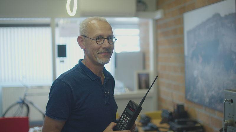Adri Bimmel heeft 900 mobieltjes en begrijpt wel waarom mensen hun mobieltjes niet inleveren