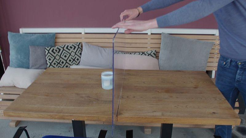 Plexiglas tussen de tafeltjes