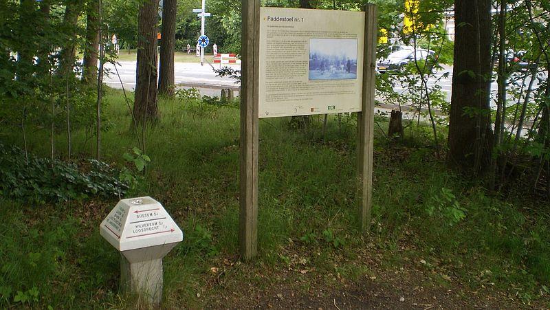 Replica van Paddenstoel nummer 1 bij Sint Janskerkhof in Laren