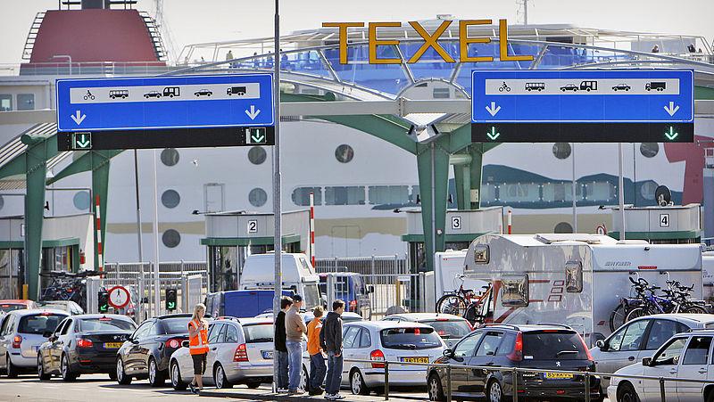 Vakantiegangers wachten in de haven van Den Helder op het veer naar Texel
