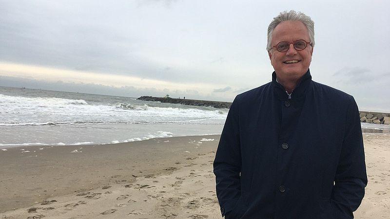 Deltacommissaris Peter Glas op het strand van Scheveningen