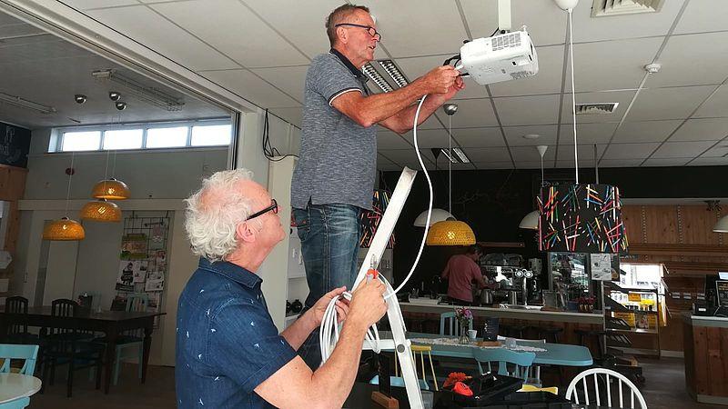 Vrijwilligers als Peter en Toon zorgen ervoor dat de ontmoetingsplek er altijd piekfijn uitziet