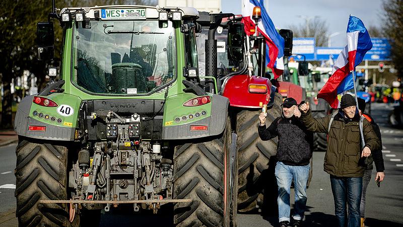 Boeren komen aan bij de Koekamp om te demonstreren tegen het stikstofbeleid van het kabinet
